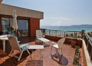 Penthouse on the seafront with panoramic views,
